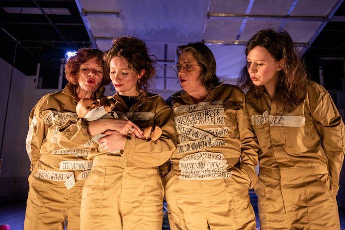 St. Radicale Gezelligheid,  oftewel Lisanne van Aert (rechts) en Lotte Lola Vermeer (tweede van links), speelt tijdens Expeditie Cement 'De wereld heeft ons failliet verklaard'. De twee staan samen met hun moeders op de planken.