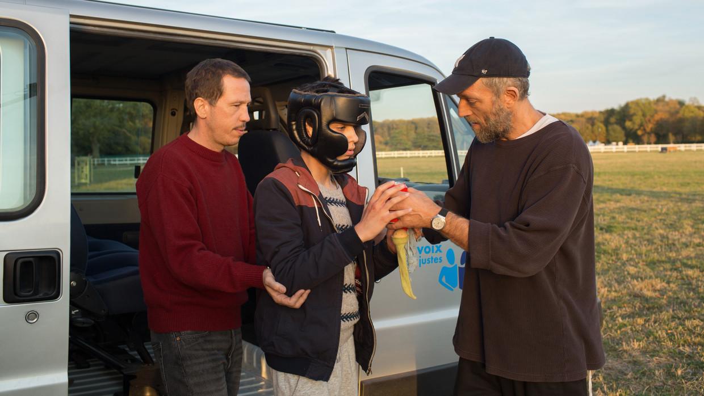 In Hors normes spelen Reda Kateb en Vincent Cassel twee hulpverleners. Zij zijn de enige acteurs, hun omgeving is echt. Beeld