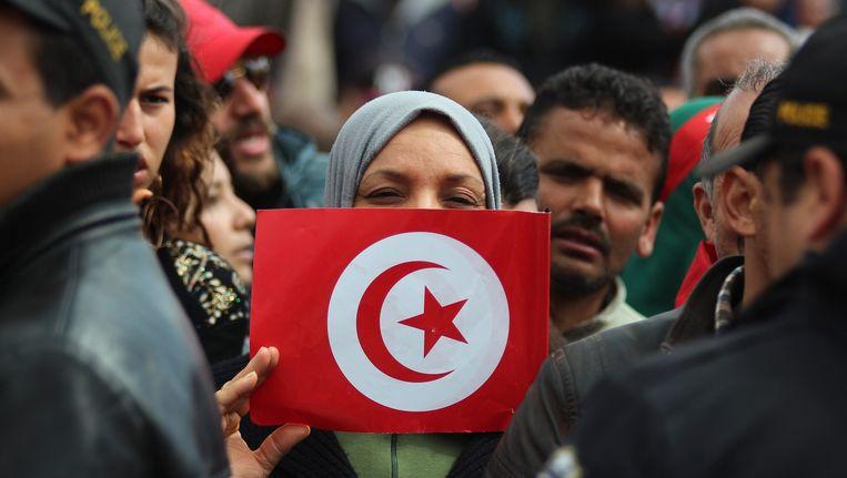 Een demonstrant tijdens de demonstratie in Tunis. Beeld epa