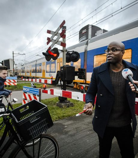 Jandino bij spoorweg: Niet leuk om onder trein te komen