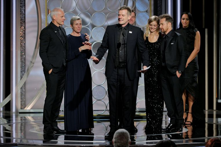 Graham Broadbent, producer van 'Three Billboards outside Ebbing, Missouri' neemt de award voor Best Motion Picture Drama in ontvangst. Beeld REUTERS