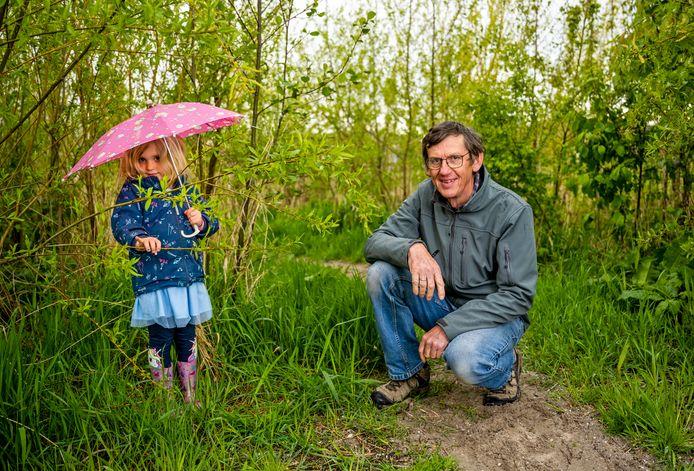 Het Tiny forest in Alphen: Wim Dieho (68) met kleindochter Ylva Manten (4).