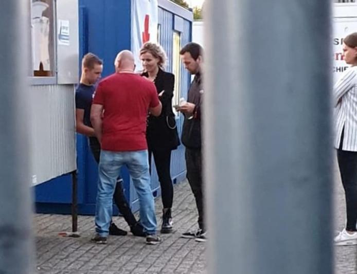 Volgens vader Rikkert Termaat zou op deze foto duidelijk te zien zijn dat zijn 17-jarige zoon Driekus te maken heeft met een 'dreigende houding' van de gemeentelijke handhaver in het rode T-shirt.  Ook een andere handhaver en medewerksters van Halt staan om de jongen heen.