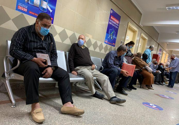 Mensen wachten in de Egyptische hoofdstad Caïro op een coronavaccin.