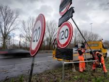 Eerste van 1900 nieuwe 120 én 100 kilometerborden staan al klaar langs de A59 bij Den Bosch