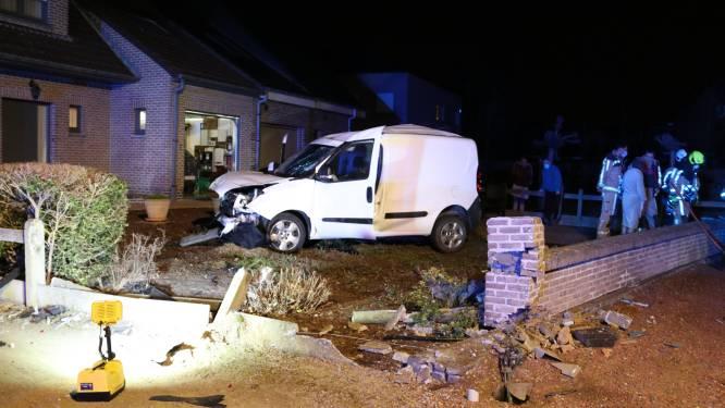 Bestuurder onder invloed raakt met lichte bestelwagen berm, voertuig, muurtje en belandt in voortuin