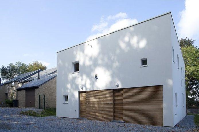 Op het eerste gezicht lijkt de kubus van tien bij tien meter slechts één woning te huisvesten.