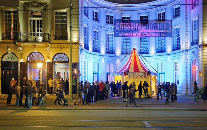 Sfeerbeeld van het Crossing Border Festival in de Koninklijke Schouwburg.