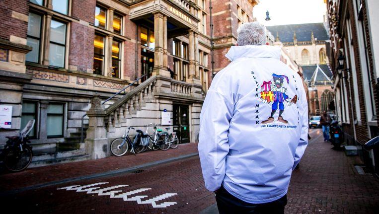 Een voorstander van Zwarte Piet voor de deur van de rechtbank. Beeld anp