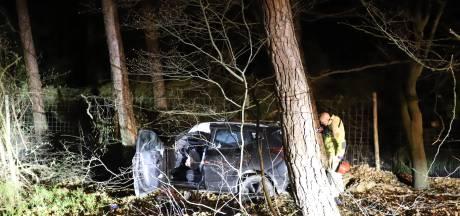 Auto knalt op A28 bij Hulshorst vol tegen oplegger en eindigt in de bosjes