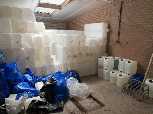 Honderden lege vaten, klaar om in de toekomst nog gevuld te worden met chemisch afval.
