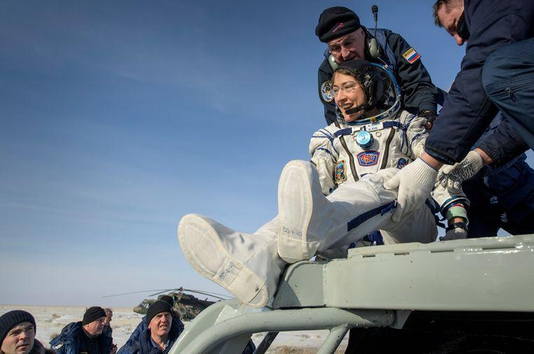 Christina Koch wordt uit de ruimtecapsule Sojoez MS-13 geholpen na de landing in Dzjezkagzan, Kazakhstan. Beeld Photo News