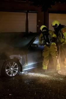 Auto brandt uit in Roosendaal, brandstichting wordt niet uitgesloten