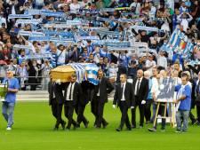 """En bleu et blanc, des supporters de l'OM disent adieu au """"boss"""" Tapie au Vélodrome"""
