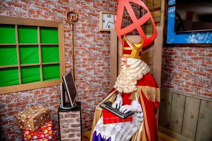 Sinterklaas moet dit jaar vanwege corona met zijn tijd meegaan en brengt digitale bezoekjes.