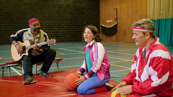 Siska dook de gymzaal in met Ronny Mosuse, wellicht de enige sportleraar die leerlingen begeleidt op gitaar.