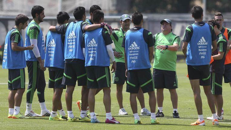 De Mexicaanse bondscoach Miguel Herrera spreekt zijn team toe tijdens een training. Beeld reuters