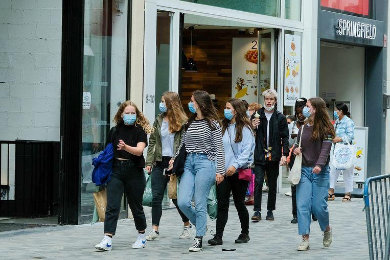 Shoppers met mondmaskers in de Brusselse Nieuwstraat. Vanaf woensdag is het mondmasker niet langer overal verplicht in het Brussels gewest. Beeld Marc Baert