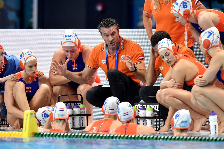 Bondscoach Arno Havenga (midden) tijdens het EK-duel met de Nederlandse waterpoloploeg tegen Italië. Beeld Proshots