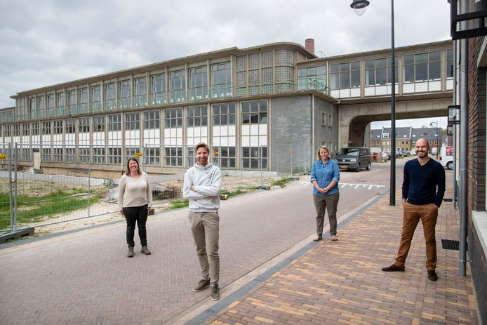 De schoolpleincommissieleden van de Oranje Nassau School die na de zomer zijn intrek neemt in het voormalige kantinegebouw van de Enka in de Enkawijk in Ede. Van links naar rechts: Marion van Heeren, Marco Brömmelstroet, Charon Strijker en Ibrahim Palaz.