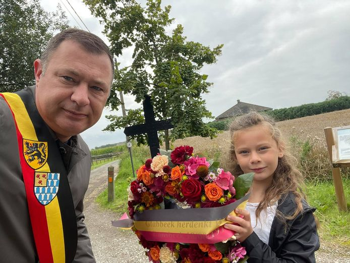 De burgemeester en zijn dochter brachten een bloemenhulde aan het herdenkingsmonument voor WO I in de Lindestraat.
