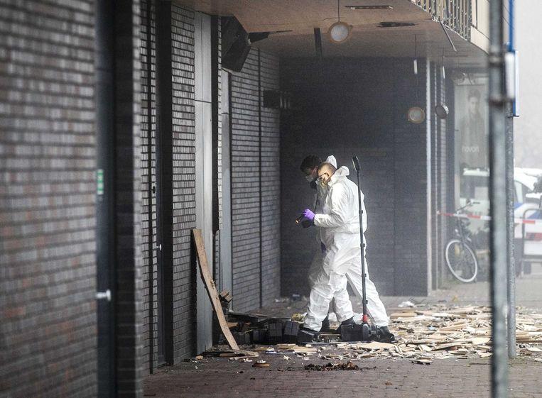 Bij de explosie in winkelcentrum Beverhof is de achtergevel van de Poolse supermarkt fors beschadigd. Technische recherche doet onderzoek.  Beeld ANP