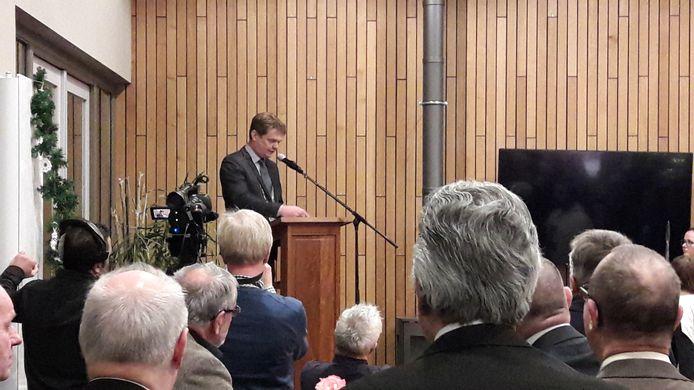 Burgemeester Michiel van Veen tijdens een toespraak in De Bron in Handel.