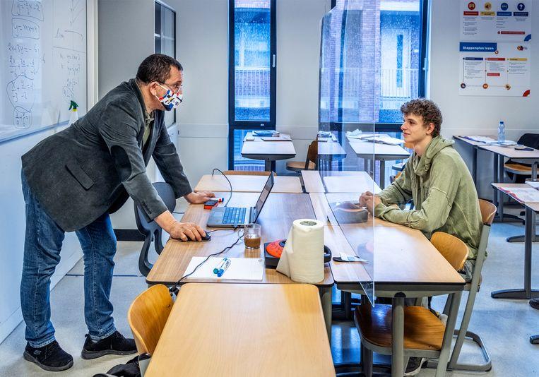 Wiskundedocent Laaziz Auluai geeft les aan 5-havo van het Gerrit Rietveld College in Utrecht. Beeld Raymond Rutting / de Volkskrant