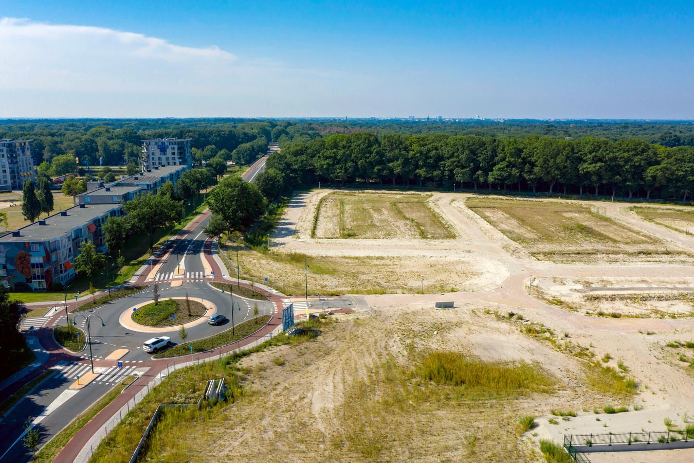 De locatie waar de nieuwbouwwijk Wilhelminahaven moet verrijzen.  Links de Bredaseweg en de nieuwe rotonde.