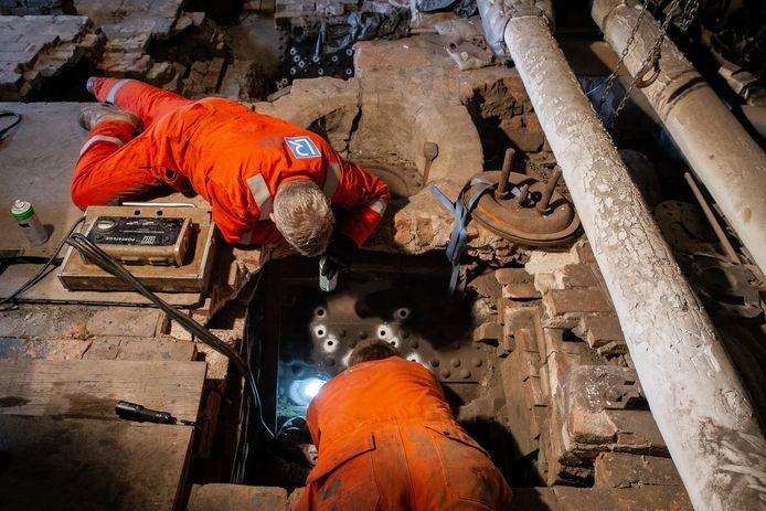 Partrick Braak (voorgrond) en Eric van Broekhoven van Lloys voeren de stroomtest uit waarmee eventuele haarscheurtjes kunnen worden gevonden.