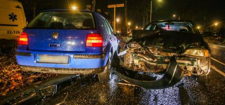 Twee auto's frontaal op elkaar gebotst in Helmond