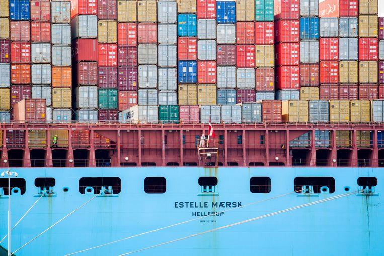 Een groot containerschip van Maersk Line laadt en lost containers op de Tweede Maasvlakte bij APM Container Terminals. Vervuilende schepen bleven tot nu toe altijd buiten schot in Europese klimaatplannen. Beeld Hollandse Hoogte / Rick Nederstigt Fotografie