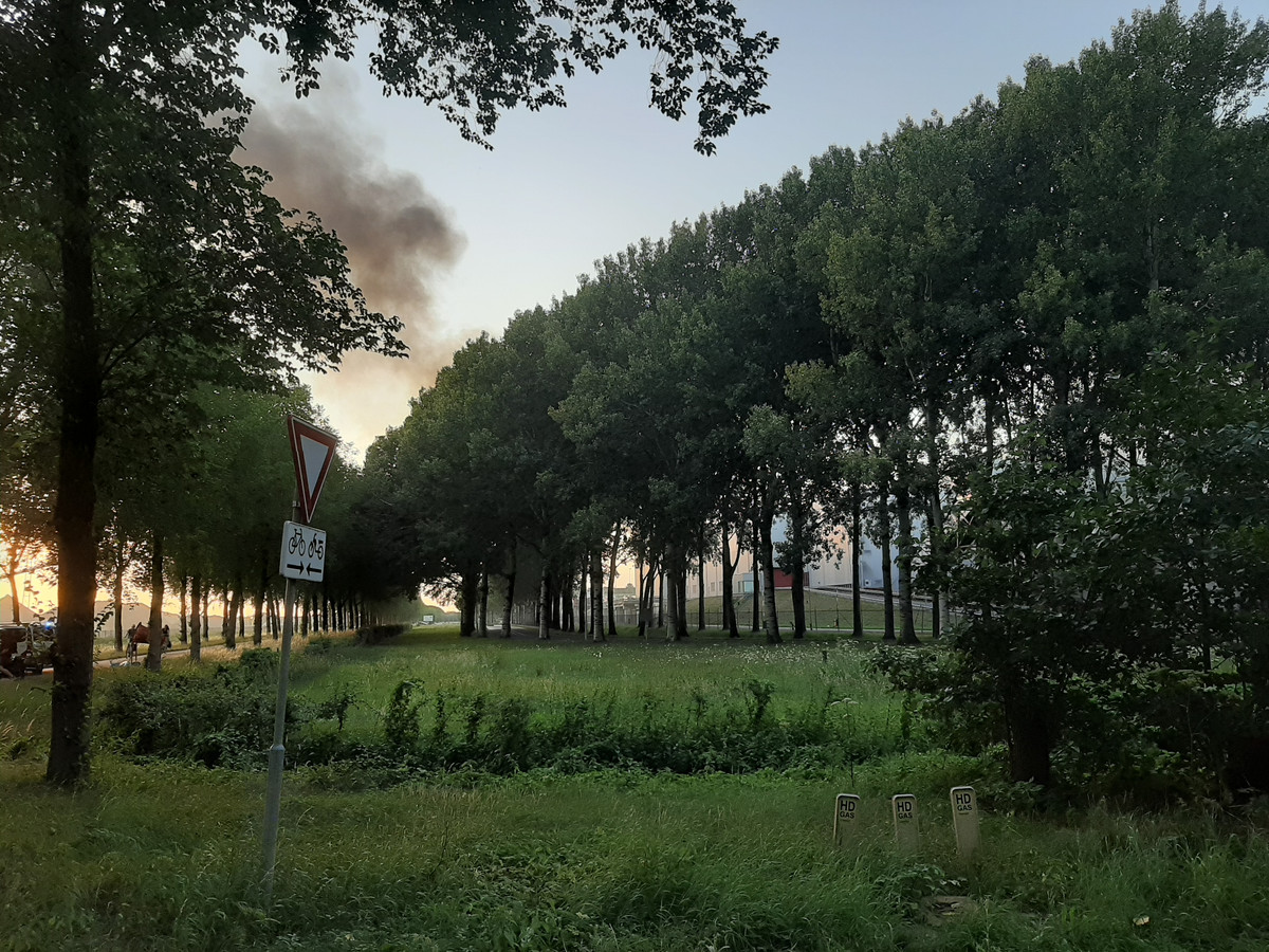 De rook door de brand in Weurt is tot in de verre omgeving te zien.