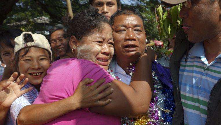 Politieke gevangenen worden verwelkomd door hun familie. Beeld ap