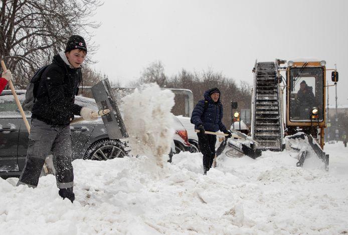 Sneeuwruimen in de straten.