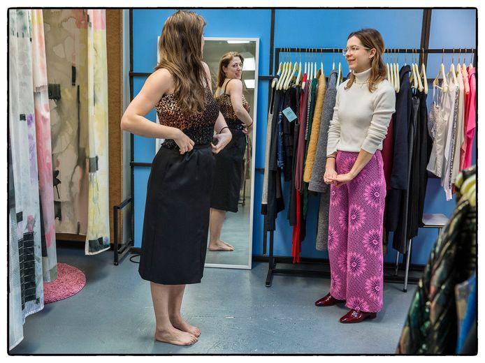 Een abonnee bij kledingbibliotheek Lena past een feestelijke outfit