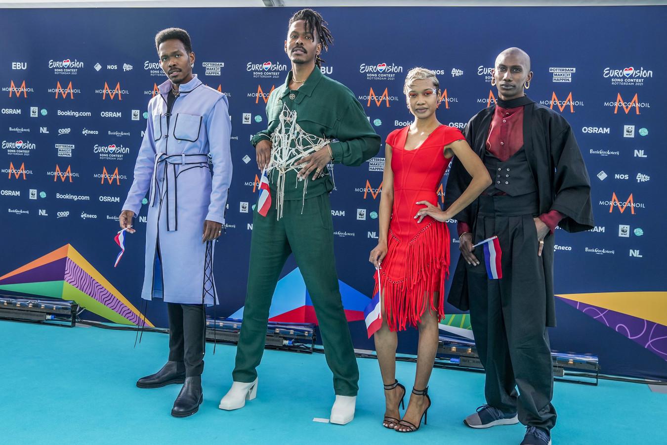 Jeangu Macrooy uit Nederland komt aan op de voor de gelegenheid turquoise gekleurde loper. De halve finale van het Euriovision Songfestival is vanavond om 21.00 uur te zien op NPO 1.