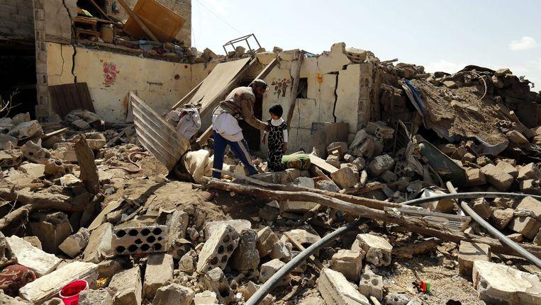 Een verwoest huis na een luchtaanval in Sanaa, de hoofdstad van Jemen. Beeld epa