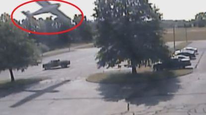 VIDEO: 80-jarige piloot slechts lichtgewond na crash tegen boom