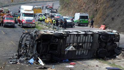 Bus vol pelgrims botst met vrachtwagen in Mexico: minstens 21 doden