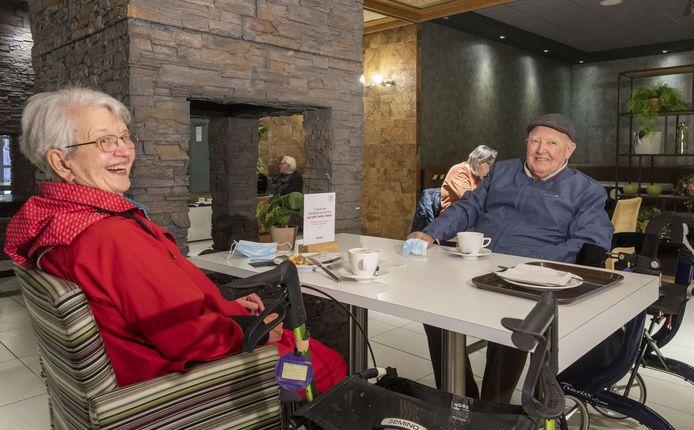 Het echtpaar Diepmaat uit Hengelo had wel een afspraak in het ziekenhuis. Na afloop drinken ze koffie in het restaurant. ,,Bijzonder dat dit open is'', aldus de heer Diepmaat.