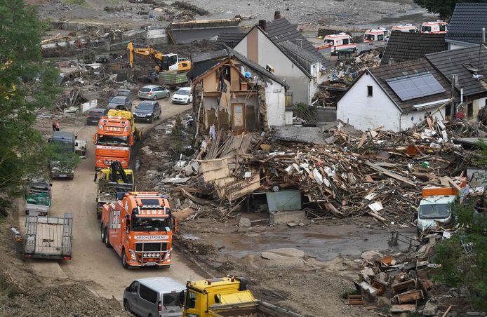 Een beeld uit Altenahr waar eveneens huizen en auto's werden meegesleurd door het water.