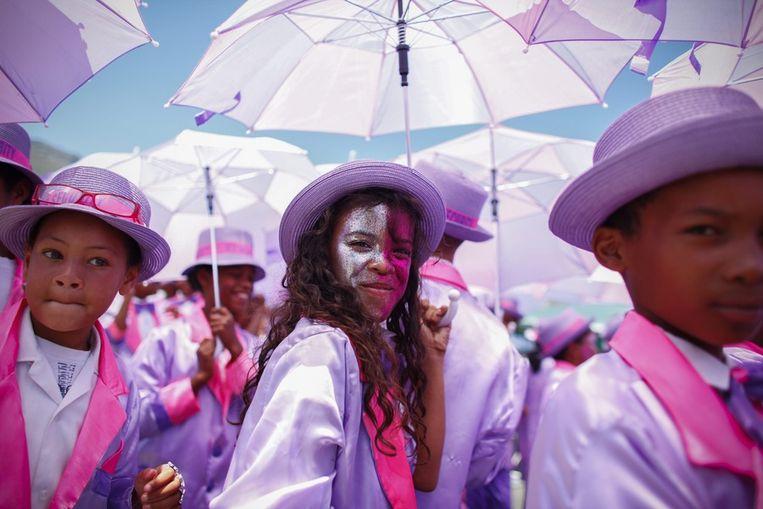 In het Zuid-Afrikaanse Kaapstad trekt een kleurrijke optocht door de straten om het 'Tweede Nuwe Yaar' te vieren. De jaarlijkse optocht ontstond ten tijde van de slavernij, toen slaven op 2 januari een dag vrij kregen.<br /><br />Hier: Zuid-Afrikanen in felgekleurde kledij tijdens de optocht door het centrum van Kaapstad. Beeld epa