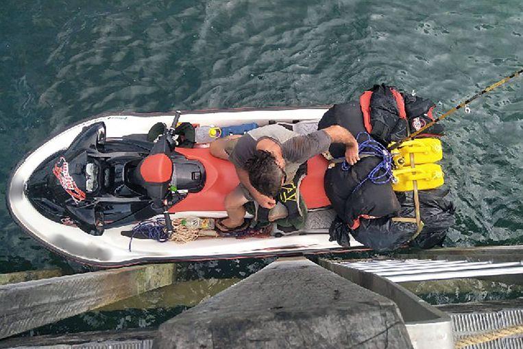 De drugsverdachte op zijn jetski na zijn arrestatie op een zandbank voor de kust van Papoea-Nieuw-Guinea. Beeld AFP