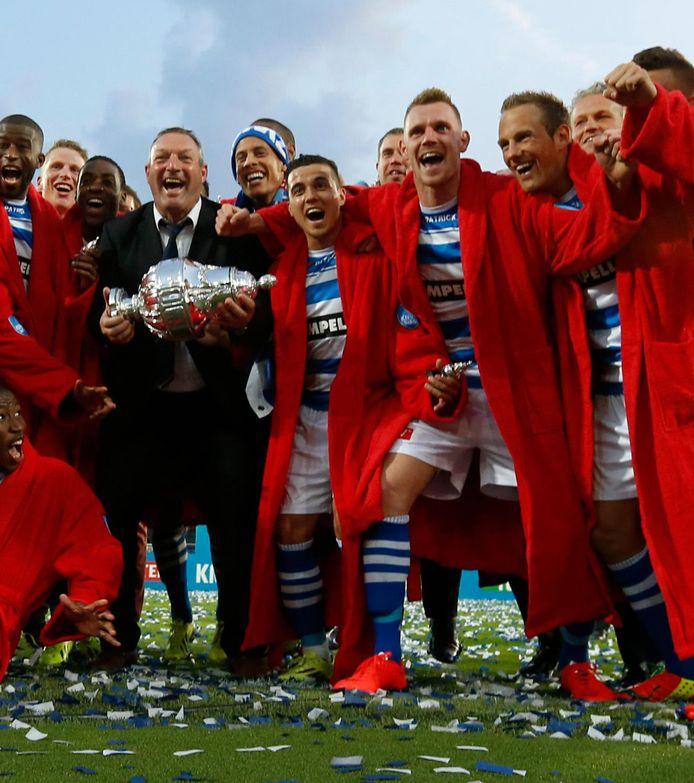 Ron Jans als trainer van PEC Zwolle met de KNVB-beker in 2014. Maikel van der Werff staat vierde van rechts.