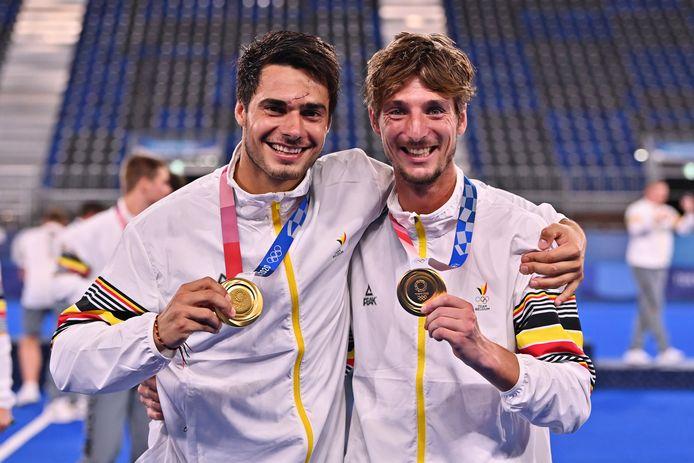 Antoine Kina (rechts) met teamgenoot Alexander Hendrickx en hun gouden medailles