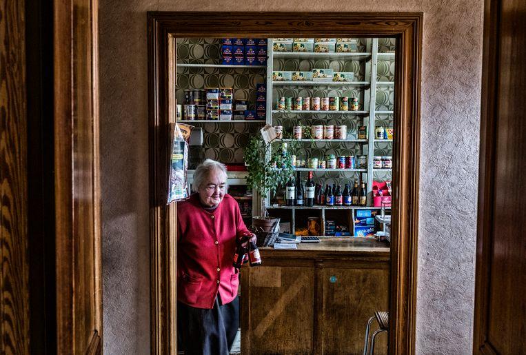 Madame Leclercqz, de waardin van café-épicier Chez Mémène in het dorpje Le Mesnil. 'Het lijkt hier wel een postkaart, maar het leven is altijd hard geweest.' Beeld Tim Dirven