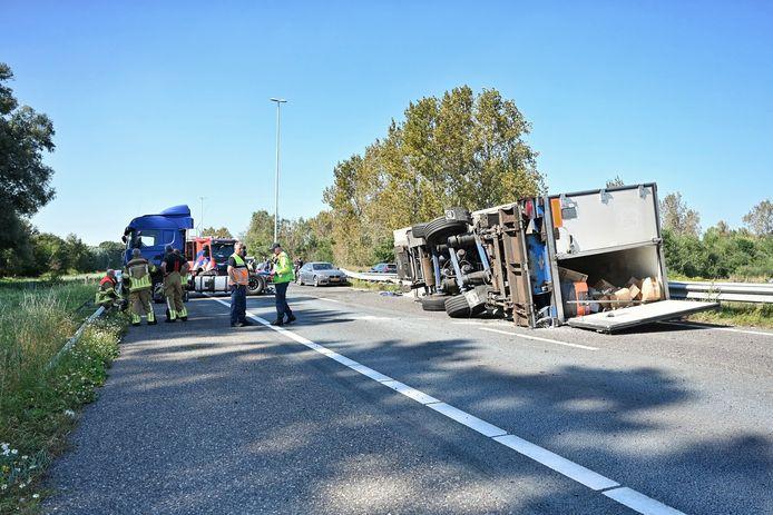Gekantelde vrachtwagen veroorzaakt enorme file