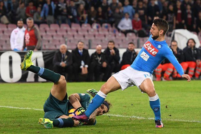 Marchetti heeft de bal net voor de aanstormende Dries Mertens.