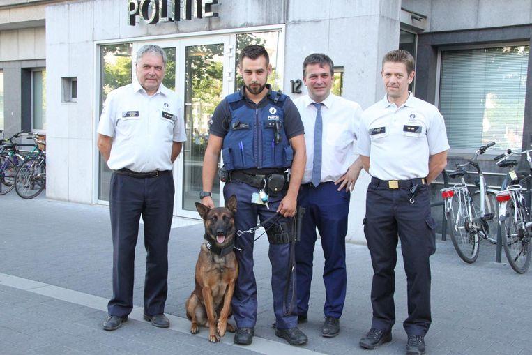 Korpschef Curd Neyrinck, politiehond Mauro met baasje Jan Kindt, burgemeester Kris Declercq en diensthoofd interventie Peter Vandorpe.